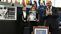 Ir al VideoLa esposa del bloguero saudí Raif Badawi recoje en su lugar el premio Sájarov a la libertad de conciencia