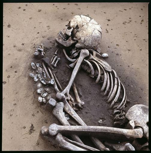Esqueleto de un hombre enterrado que se asocia con el neolítico medio en Alemania.