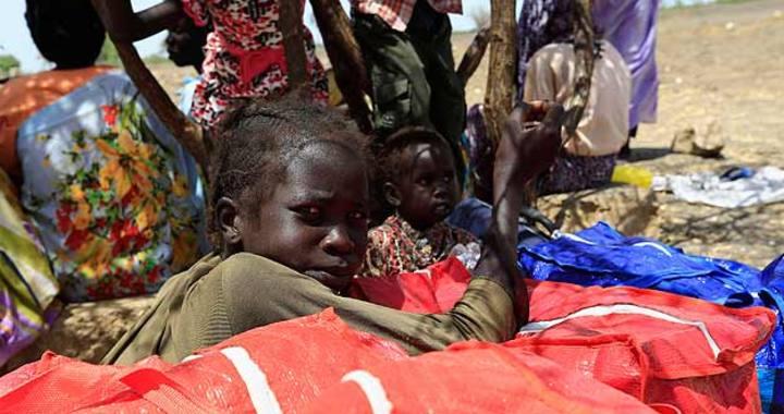 Estos niños de Sudán del Sur, en un campamento de refugiados, se exponen a múltiples amenazas sanitarias.
