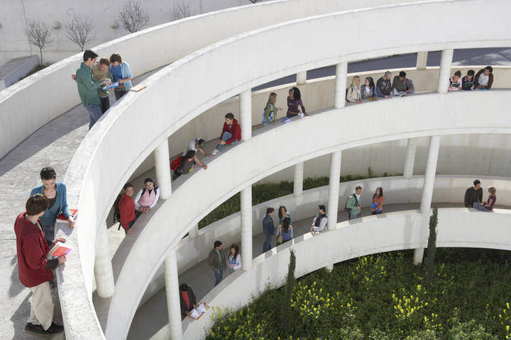 Estudiantes en la universidad.