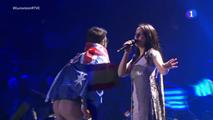 Un espontáneo irrumpe en la actuación de Jamala