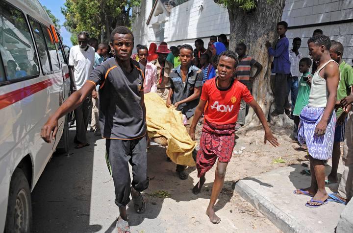 Evacúan a las víctimas del atentado contra un restaurante en Mogadiscio, Somalia