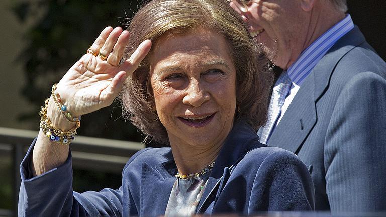 La reina, Doña Sofía, visita al Rey en el hospital San José