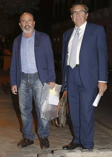El excalcalde de Cartagena (Murcia) José Antonio Alonso (i), acompañado por su abogado, tras salir en libertad de la Audiencia Nacional