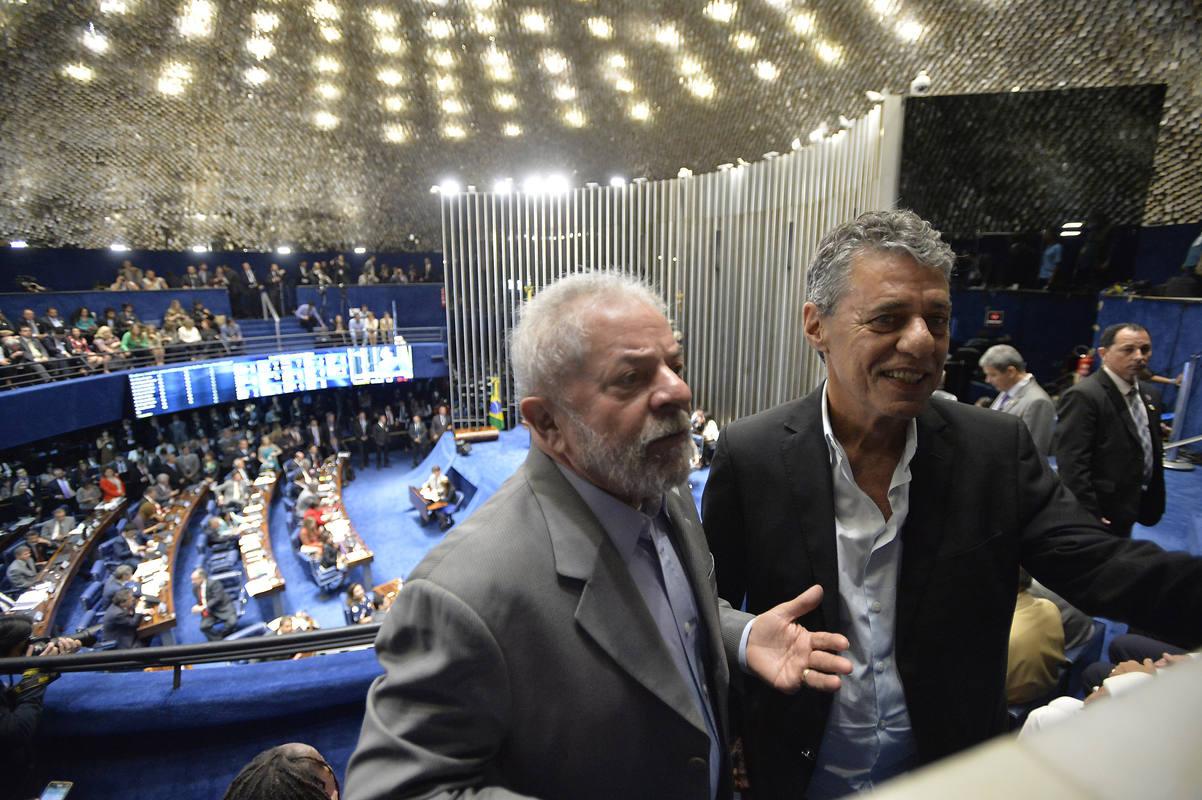 El expresidente brasileño Luiz Inácio Lula da Silva junto al poeta y compositor Chico Buarque, poco antes de la intervención de Dilma Rousseff en el Senado