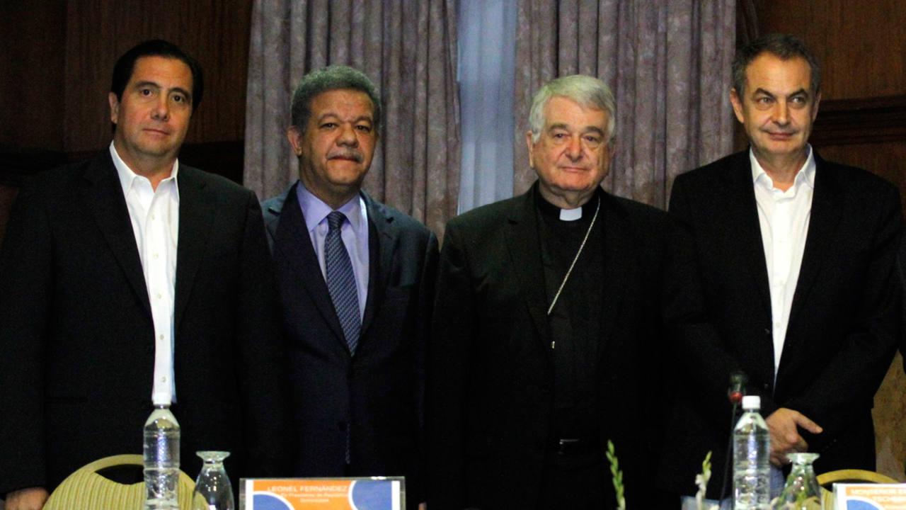 El expresidente del Gobierno español José Luis Rodríguez Zapatero junto a monseñor Emil Paul Tscherrig y a los expresidentes Leonel Fernández de República Dominicana y Martín Torrijos de Panamá, durante el anuncio de la reunión de diálogo entre ofic