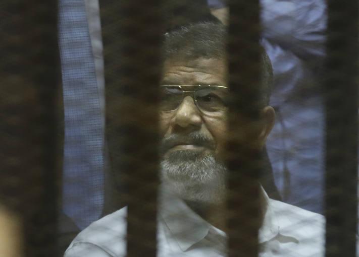 El expresidente egipcio Mohamed Morsi, durante la vista en el tribunal de El Cairo que le ha condenado a 20 años de cárcel