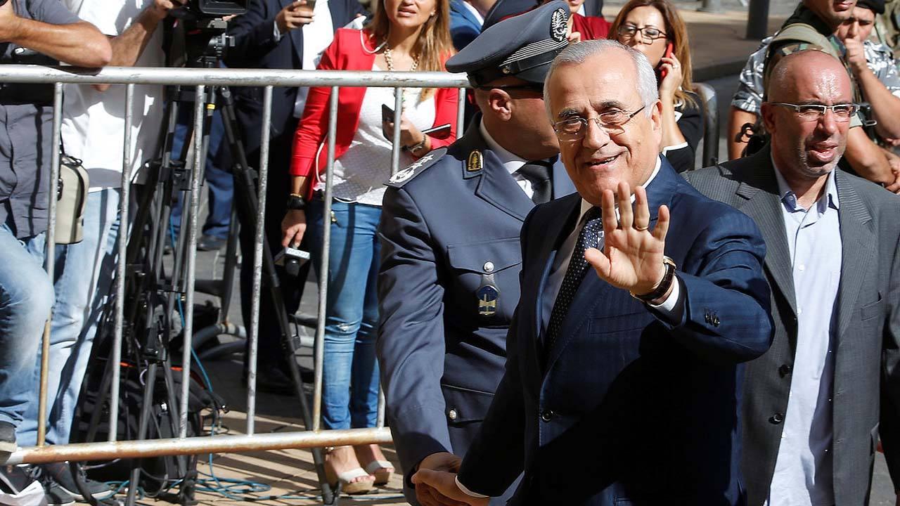 El expresidente libanés, Michel Suleiman, saluda al entrar en el Parlamento en Beirut