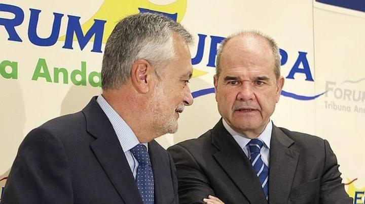 Los expresidentes de la Junta de Andalucía José Antonio Griñan y Manuel Chaves, en una imagen de 2012.