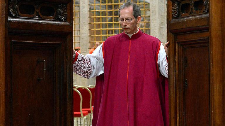 El cardenal maestro de ceremonias pronuncia el 'Extra omnes' que da inicio al cónclave