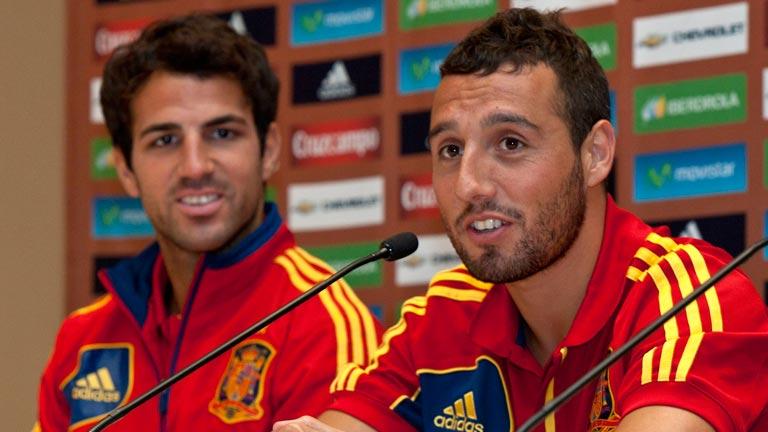 Fábregas le desea suerte a Cazorla en el Arsenal