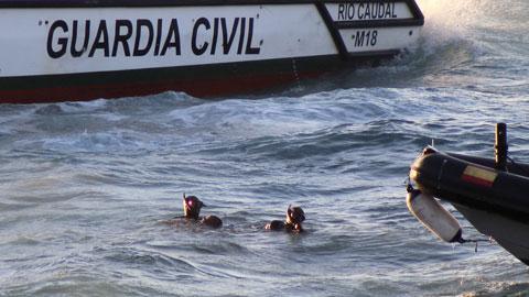Ir al VideoFallece un inmigrante al ser arrojado al mar de la moto de agua que lo transportaba