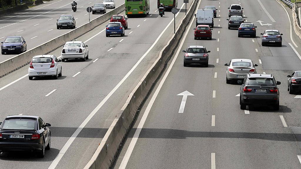 Un fallecido y atascos en las salidas de las ciudades en el inicio del puente de mayo