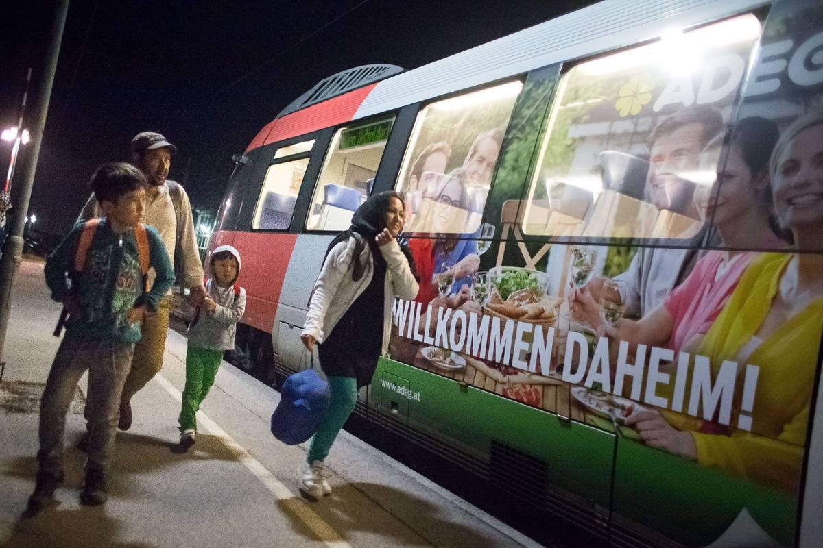 Una familia de Irán camina en la estación Nickelsdorf, el primer pueblo austríaco desde Hungría.