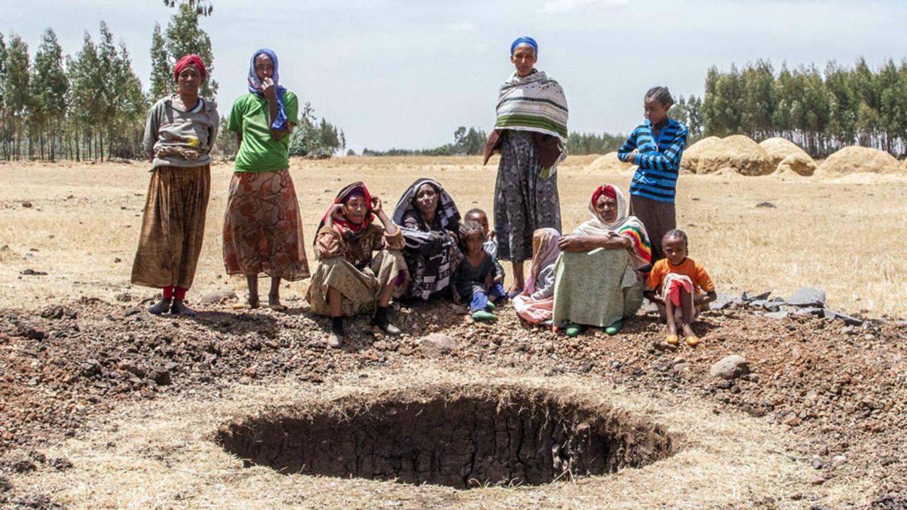 Una familia junto a un pozo en construcción gracias al documental 'El hombre que empezó a correr'