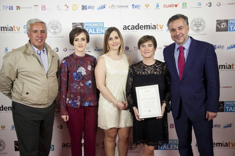 La familia de Nacho Moreno recoge su diploma junto a Jenaro Castro, director de Informe Semanal y Arturo Cifuentes, productor.