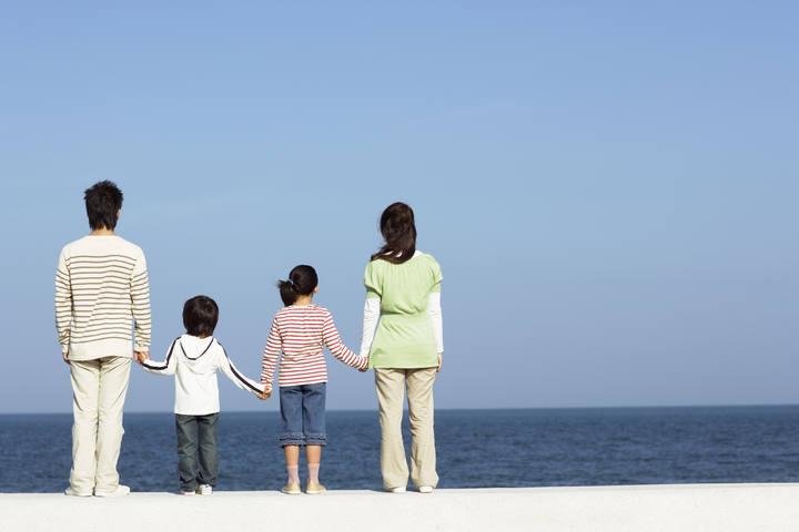 Una familia en la playa.