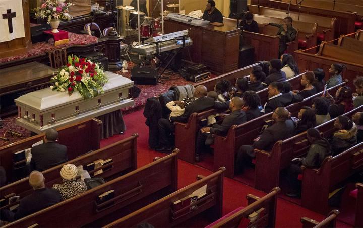 Familiares y amigos de Gurley asisten al funeral que se ha celebrado en la iglesia baptista de Brooklyn, Nueva York.
