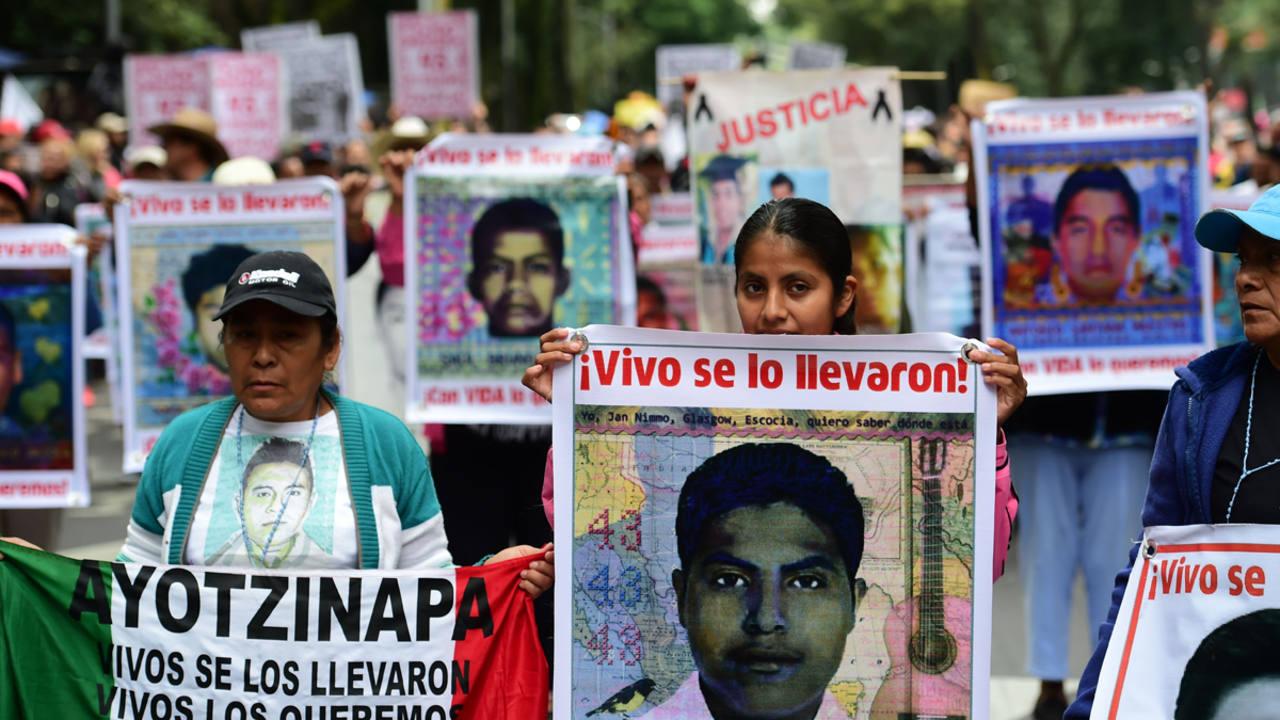 Familiares y amigos manifestándose este viernes pidiendo justicia por los 43 estudiantes desaparecidos en Iguala, México