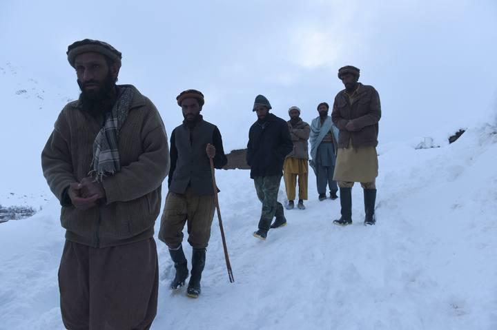 Familiares de los fallecidos en una avalancha en Bazarak, provincia de Panjshir, Afganistán