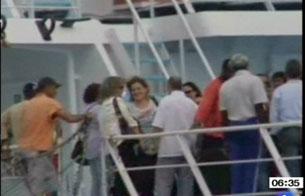 Los familires suben al 'Alakrana' para reunirse con los tripulantes