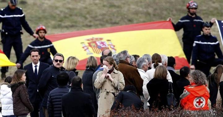 Familiares de las víctimas del accidente aéreo en Francia durante un homenaje en Le Vernet