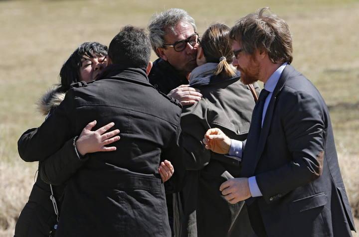 Familiares de las víctimas del accidente de avión se abrazan junto al monumento en su memoria en Le Vernet (Francia).