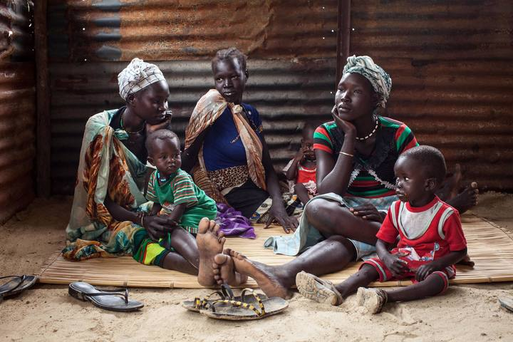 Familias sursudanesas con sus hijos malnutridos esperan recibir tratamiento en el hospital Leer. Imagen de archivo.