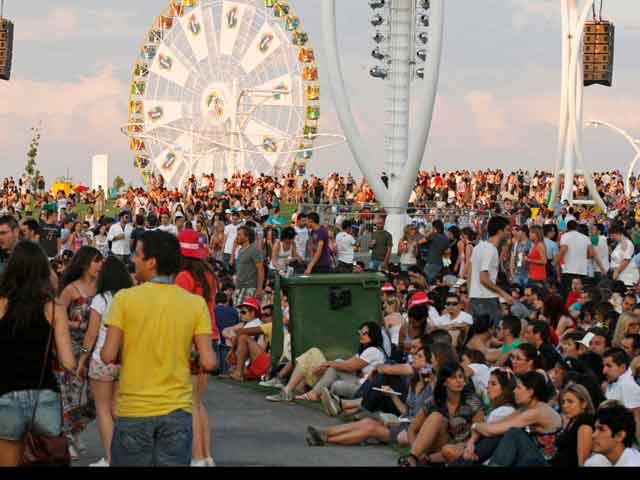 Los fans esperan a Calle 13, Rihanna y Shakira