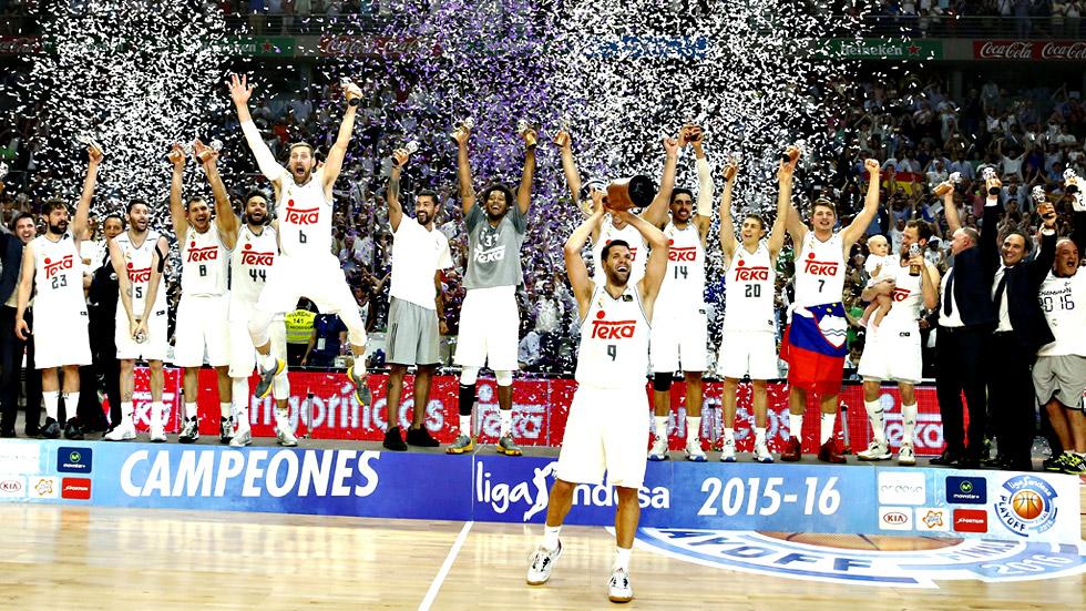 Felipe Reyes recibe el trofeo número 33 de la ACB para el Real Madrid