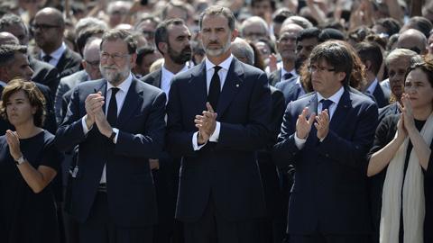 Felipe VI flanqueado por los presidentes Rajoy y Puigdemont comparte el minuto de silencio en Barcelona por las víctimas del atentado