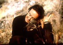 Félix Rodríguez abraza a un lobo