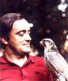 Félix sostiene un halcón peregrino