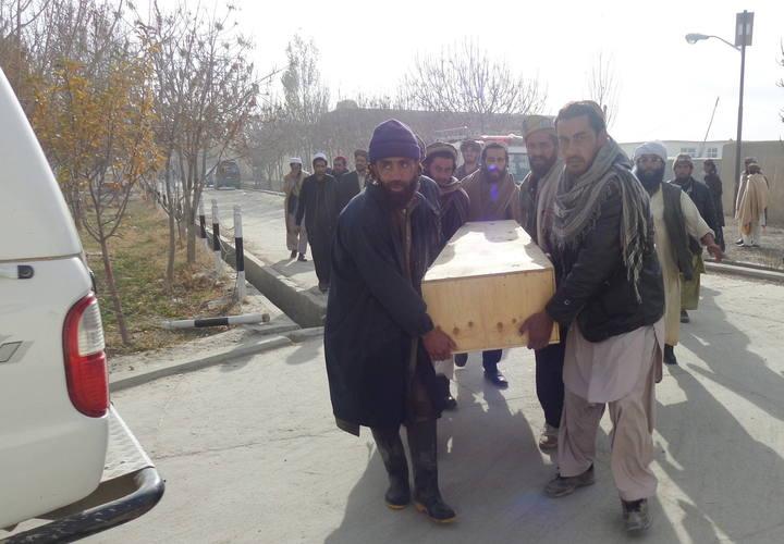 Féretro de una de las víctimas en el atentado en Paktika, Afganistán
