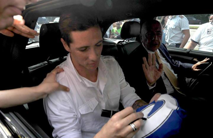 Fernando Torres llega a Milán junto al consejero delegado del club, Adriano Galliani