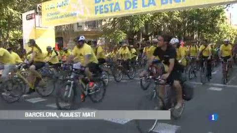 La Festa de la bicicleta de Barcelona omple els carrers de famílies ciclistes