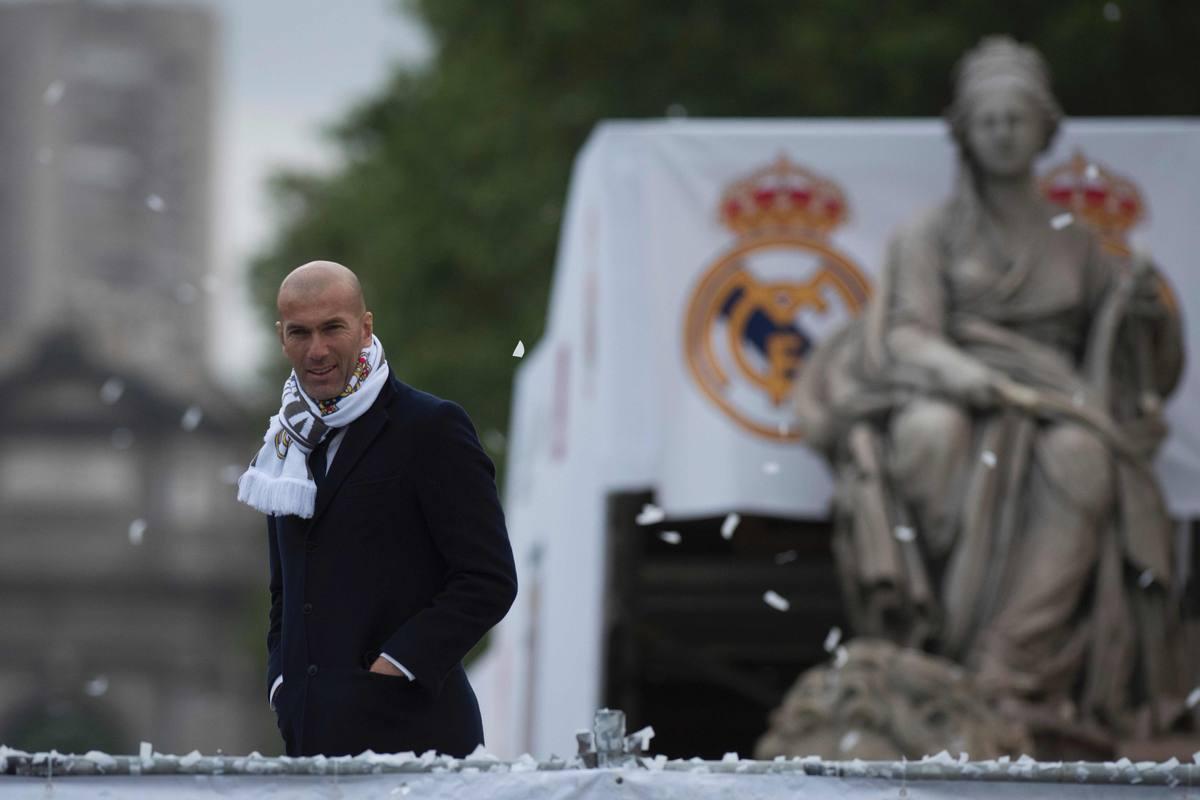 Zinedine Zidane sonríe por la victoria en la Plaza de la Cibeles
