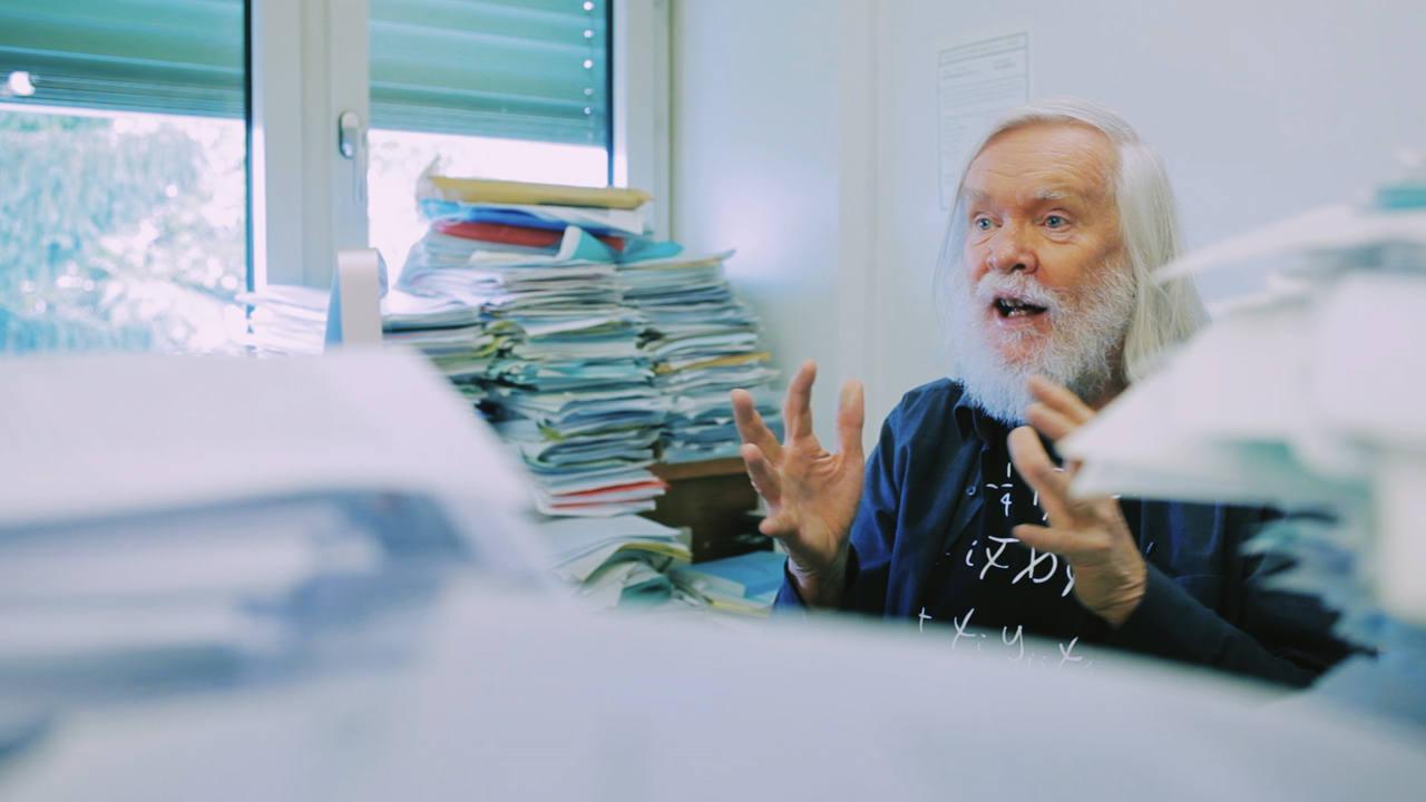 El físico John Ellis hablará en su entrevista de la búsqueda de la simetría