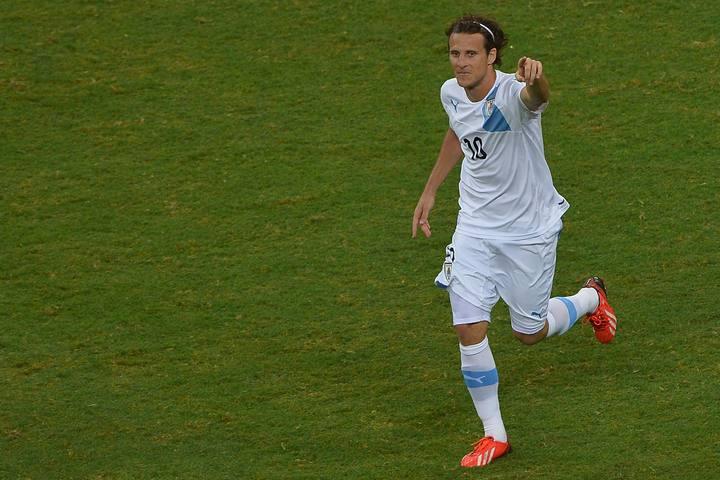Forlán celebra su gol ante Nigeria