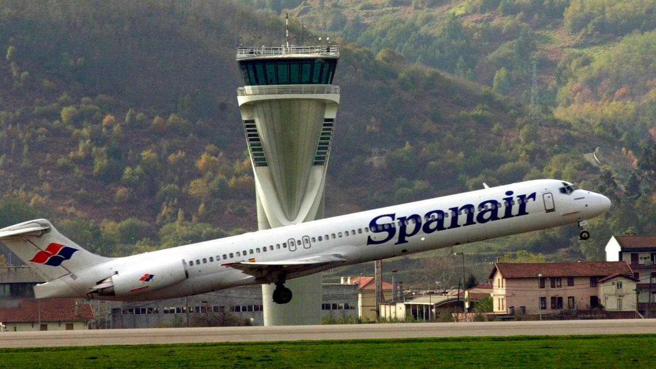 Foto de archivo de un avión de Spanair despegando del aeropuerto de Bilbao