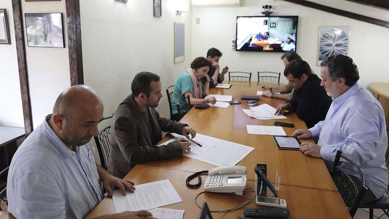 Fotografía de archivo del pasado 22 de septiembre del editor jefe Murat Sabuncu (dch) durante una reunión en el diario Cumhuriyet en Estambul.