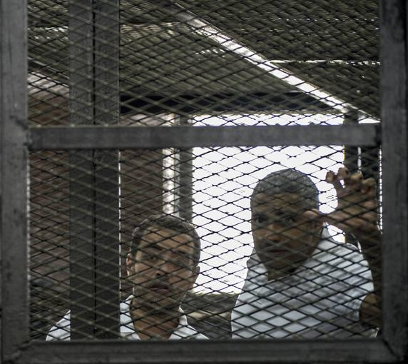Fotografía de archivo de los dos periodistas de Al Yazira que han sido puestos en libertad bajo fianza en Egipto