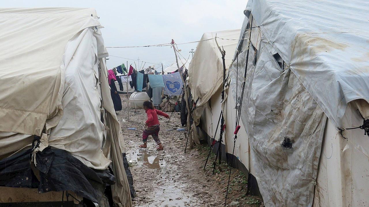 Fotografía cedida por Amnistía Internacional: árabes desplazados en el campo de Janaqin, en la provincia de Diyala (norte de Irak). AFP