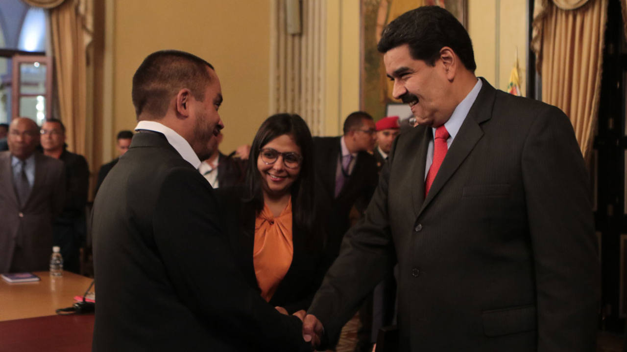 Fotografía cedida por Miraflores del presidente de Venezuela, Nicolás Maduro, junto a Luis Salas, nuevo ministro de Economía Produc