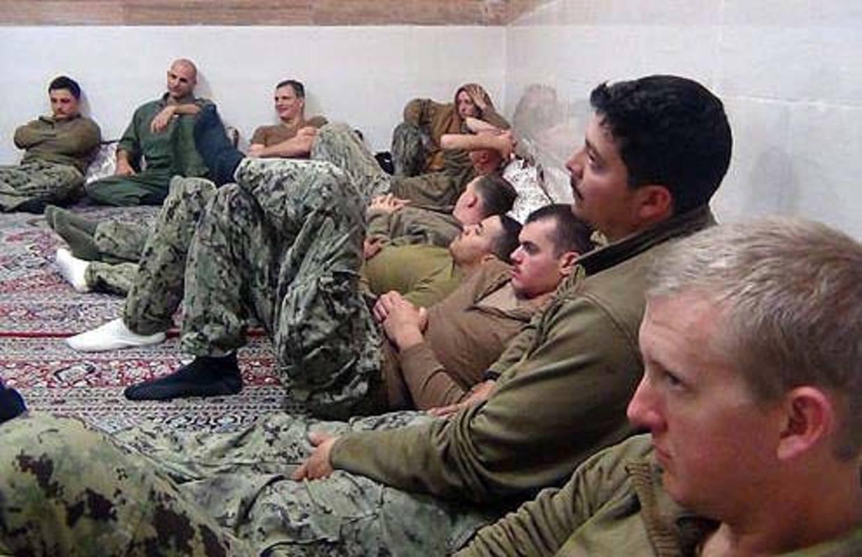 Fotografía distribuida por la página web del Cuerpo de Guardianes de la Revolución de Irán, que muestra a algunos de los marineros de EE.UU. retenidos durante horas en el Golfo Pérsico. EFE/IRGC