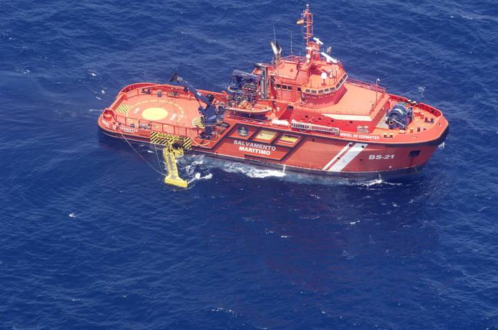 Fotografía facilitada este sábado por Salvamento Marítimo de uno de sus buques, el 'Miguel de Cervantes', desplegando uno de sus brazos para recoger restos de hidrocarburos.