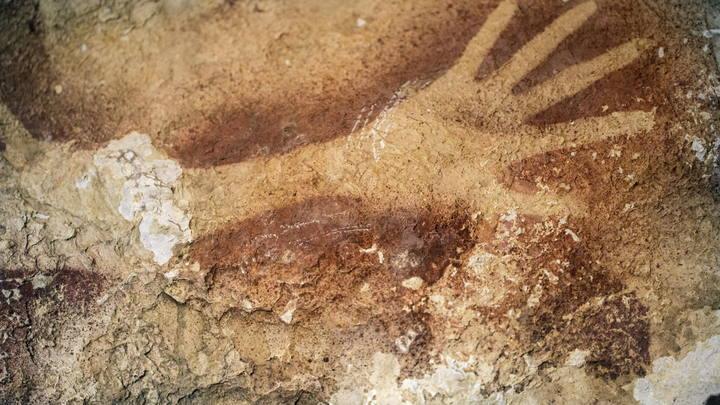 Fotografía facilitada por Nature de las pinturas prehistóricas de 39.000 años de antigüedad descubiertas en la isla de Célebes (Indonesia) por un grupo de arqueólogo australianos e indonesios que publican hoy en la revista.
