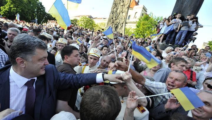 Fotografía facilitada por el servicio de prensa de Petró Poroshenko en la que el candidato presidencial ucraniano hace campaña en Leópolis