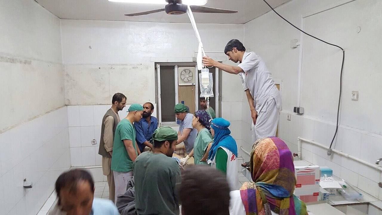 Fotografía proporcionada por Médicos sin Fronteras (MSF) que muestra a médicos trabajando en una de las áreas del hospital de Kunduz que no resultó afectada por el bombardeo de EE.UU.