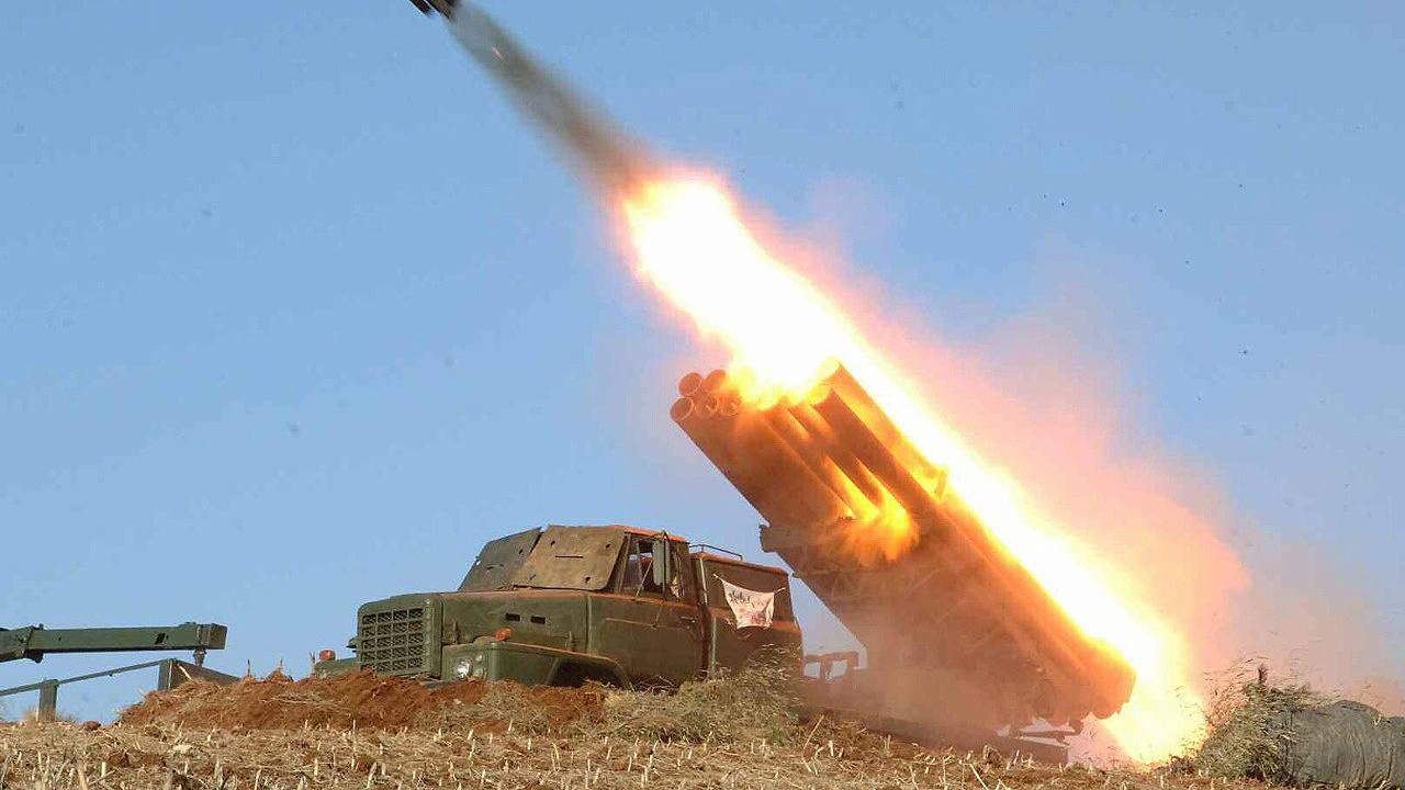 Fotografía sin fecha cedida por un medio norcoreano del Partido de los Trabajadores, muestra un misil militar lanzado por Corea del Norte en un lugar desconocido. EFE/RODONG SINMUN